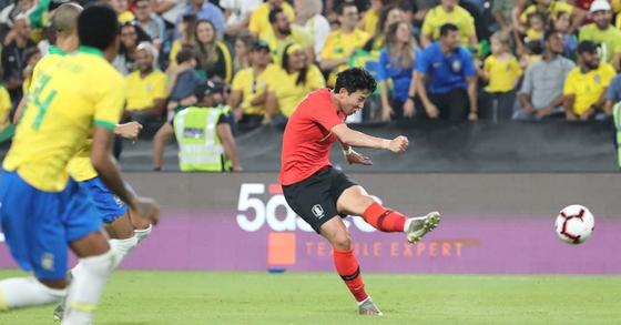 19일(한국시간) 아랍에미리트(UAE) 아부다비의 모하메드 빈 자예드 스타디움에서 열린 대한민국과 브라질 대표팀의 친선경기에서 손흥민이 중거리 슛을 날리고 있다. [연합뉴스]