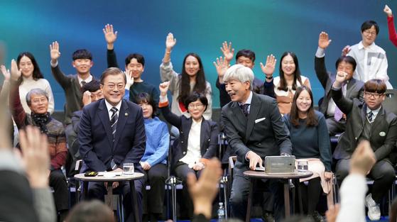 문재인 대통령이 19일 저녁 서울 마포구 상암동 <문화방송> 미디어센터에서 열린 '국민이 묻는다, 2019 국민과의 대화'에 참석. 질문을 받고 있다. 청와대사진기자단