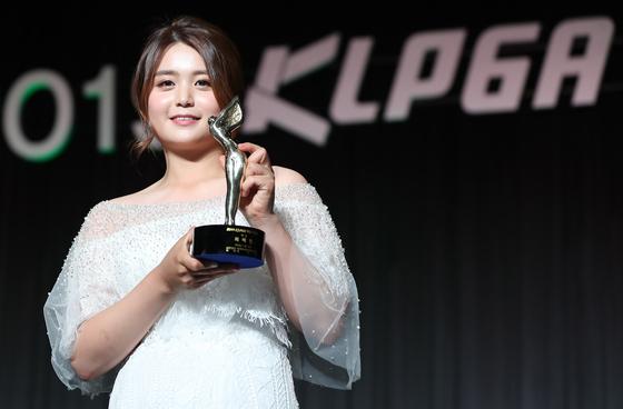 19일 오후 서울 강남구 그랜드 인터컨티넨탈 서울 파르나스에서 열린 2019 KLPGA 대상 시상식이 끝난 뒤 대상을 수상한 최혜진이 트로피를 들고 포즈를 취하고 있다. [연합뉴스]