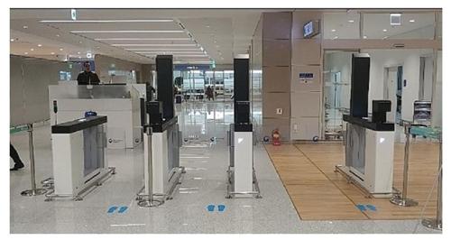 인천공항 제2여객터미널 모바일 휴대품 전자신고 전용 게이트. [사진 관세청]