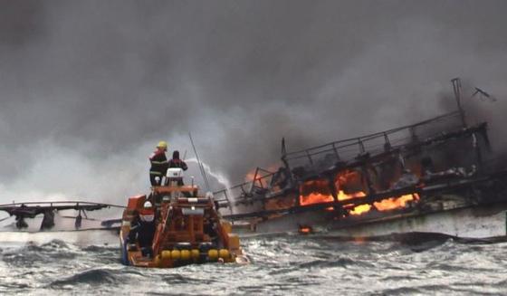 제주해경이 19일 오전 제주 차귀도 서쪽 76㎞ 해상에서 불이 나 침몰하는 어선 대성호 진화 작업을 하고 있다. [뉴스1]