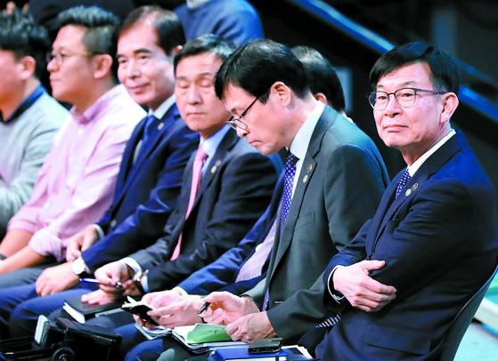김상조 청와대 정책실장(오른쪽부터)과 이호승 경제수석 등 청와대 참모진이 19일 서울 MBC 미디어센터에서 열린 문재인 대통령의 '국민이 묻는다, 2019 국민과의 대화'에 참석해 있다. [연합뉴스]