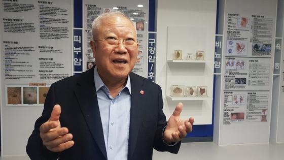 서울대병원 삼성연구동 1층에 마련된 암 박물관에서 암 세포에 대한 설명을 들려준 박재갑 이사장. 백성호 기자
