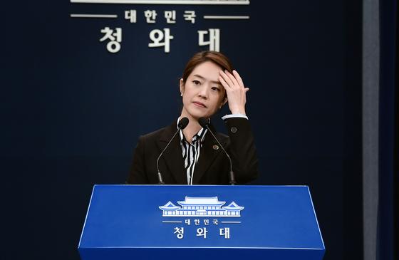 고민정 청와대 대변인이 17일 오후 춘추관에서 한-아세안 특별정상회의 계기 정상회담 관련 브리핑을 하고 있다. [청와대사진기자단]