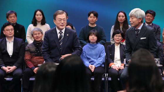 문재인 대통령이 19일 오후 서울 상암동 MBC에서 열린 '국민이 묻는다, 2019 국민과의 대화'에서 시민패널의 질문에 답하고 있다. [청와대사진기자단]