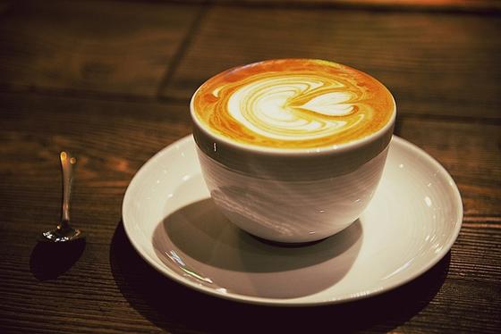 커피와 차에 들어있는 카페인은 중추신경을 흥분시켜 숙면을 방해한다. 알코올은 잠에 들게 할 수 있지만 수면의 질이 많이 떨어지기 때문에 불면증에는 좋지 않다. [사진 pxhere]