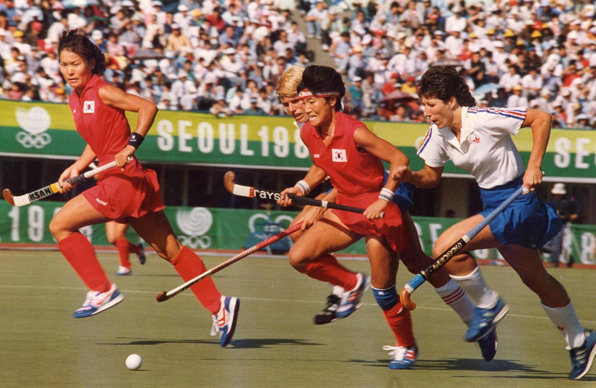 1988년 서울올림픽 여자하키 준결승에서 진원심이 영국의 수비수 2명을 제치고 질주하고 있다.[중앙포토]