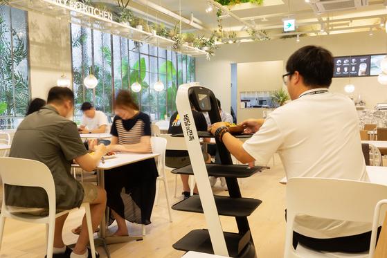 앱으로 주문하고 로봇이 서빙하는 미래형 식당 메리고키친의 내부 모습. 나현철 기자