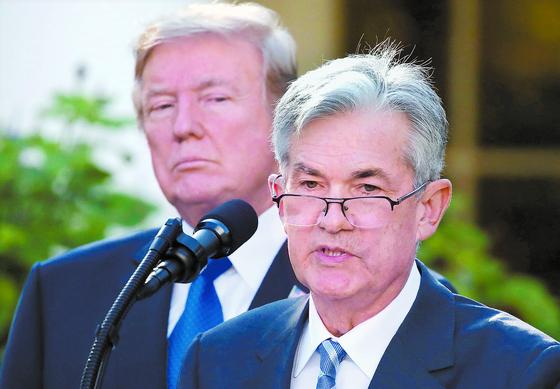 2017년 트럼프 대통령(왼쪽)이 제롬 파월을 연방준비제도(Fed) 의장으로 지명한 직후 모습. 이후 기준금리 인하를 놓고 둘의 관계는 평탄하지 못했다. [로이터=연합뉴스]