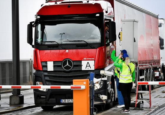 EU와 영국의 국경에서 트럭 운전사와 관리 직원들이 대화를 나누고 있다. [로이터=연합뉴스]