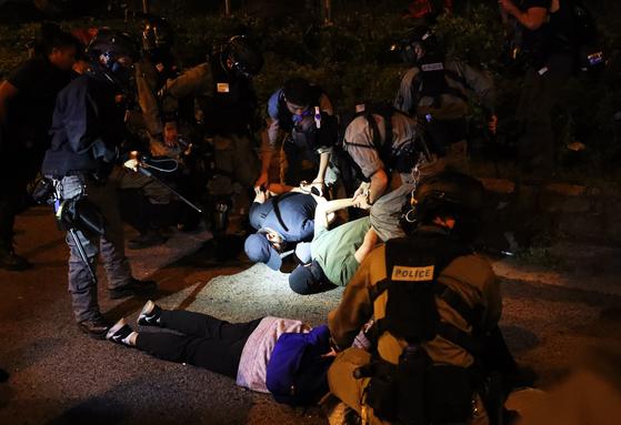 19일 오후 홍콩 이공대학교에서 탈출을 시도한 시위 참여 학생이 홍콩 경찰에 체포되고 있다. [뉴스1]