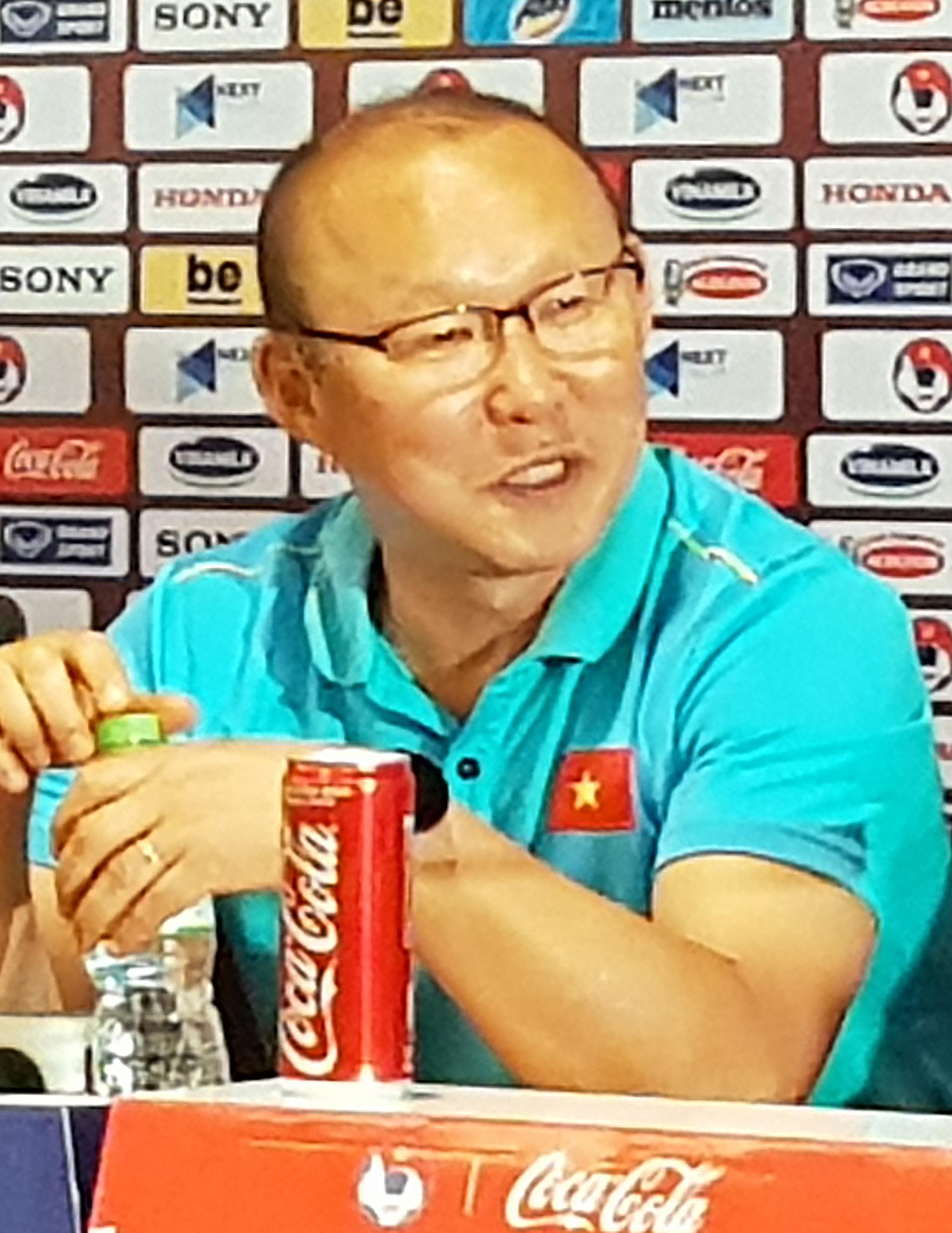 박항서 감독이 이끄는 베트남 축구 대표팀이 19일(현지시간) 베트남 하노이 미딘국립경기장에서 펼친 2022년 카타르 월드컵 아시아 2차 예선 G조 5차전에서 태국과 0-0으로 비긴 뒤 박 감독이 기자회견을 하고 소회를 밝히고 있다. [연합뉴스]