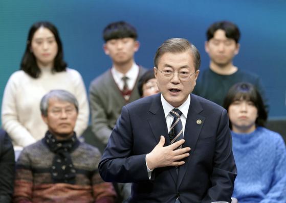 문재인 대통령이 19일 오후 서울 상암동 MBC에서 열린 '국민이 묻는다, 2019 국민과의 대화'에서 패널들의 질문에 답하고 있다. 청와대사진기자단