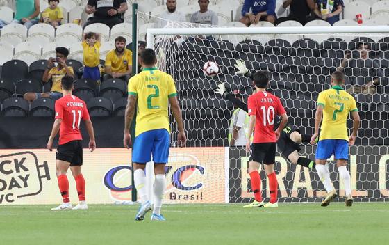 브라질 쿠티뉴에게 프리킥으로 두 번째 골을 허용하는 한국. [연합뉴스]