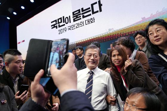 문재인 대통령이 19일 저녁 서울 마포구 상암동 MBC 미디어센터에서 열린 '국민이 묻는다, 2019 국민과의 대화'를 마친 뒤 참석자들과 기념사진을 찍고 있다. [청와대사진기자단]