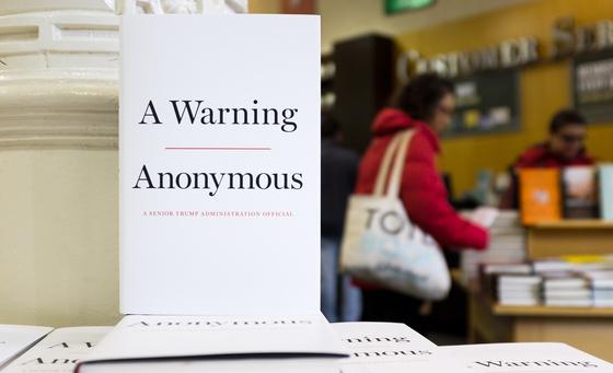 익명의 미 행정부 고위 관료가 19일(현지시간) 발간한 책 '경고(Warning)'은 도널드 트럼프 미 행정부의 대북 정책 뒷이야기를 상세하게 소개했다. [EPA=연합뉴스]