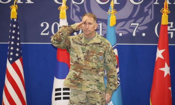 지난 7일 로버트 에이브럼스 한ㆍ미연합군사령관 겸 주한미군 사령관이 한ㆍ미연합군사령부 창설 41주년 기념식에서 기념사를 마친 뒤 거수경례를 하고 있다. [연합뉴스]