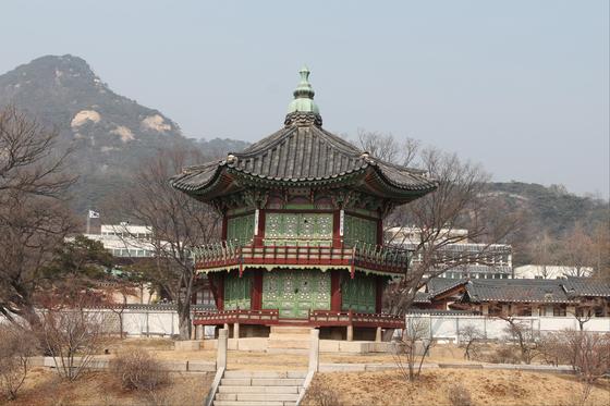 현재 해체 복원 공사 중인 경복궁 향원정의 원래 모습. [사진 문화재청]