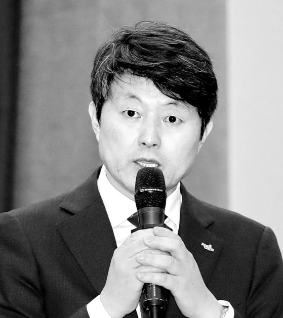 올해 10월 11일 부산시청에서 열린 국회 행정안전위원회의 부산시 국정감사에서 유재수 부산시 경제부시장이 조원진 우리공화당 의원의 질문에 답하고 있다. 송봉근 기자