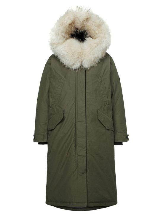 풍성한 라쿤 털이 달린 야상 스타일의 다운 재킷. RDS 구스 다운을 충전재로 사용하고, 소매단 안쪽에 니트 밴드를 넣어 보온성을 높였다. 코오롱스포츠. 가격 69만원