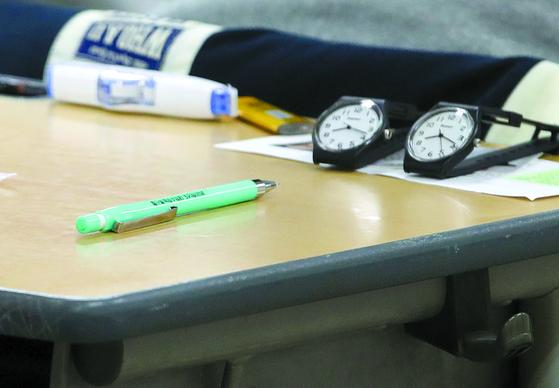 2020학년도 대학수학능력시험일인 14일 오전 서울 제18시험지구 7시험장이 마련된 개포고등학교 고사장 책상에 '수능 샤프'와 시계가 놓여 있다. 위 사진은 기사 내용과 무관. [연합뉴스]