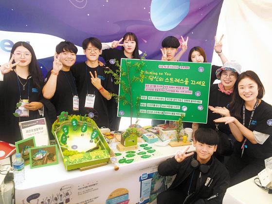 '메이커 페어 서울 2019'에 참가한 삼성물산 주니어물산아카데미 수료 학생들이 아이디어 단계부터 설계, 제작까지 참여한 완성 작품을 전시하고 있다. [사진 삼성물산]