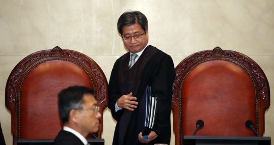 김명수 대법원장을 비롯한 대법관들이 21일 오후 서울 서초구 대법원에서 열린 전원합의체 선고에 자리하고 있다. [뉴스1]