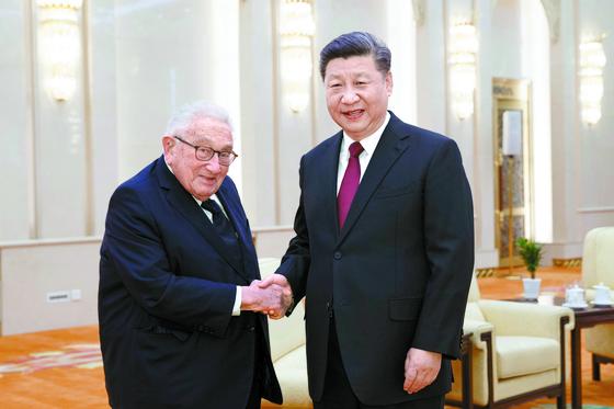 지난해 시진핑 주석과 만나고 있는 헨리 키신저 전 미국 국무장관. [AP=연합뉴스]
