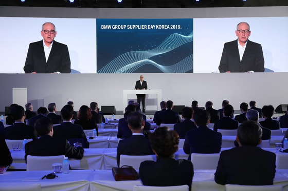 글로벌 완성차업체 BMW가 2021년부터 10년 간 삼성SDI로부터 29억 유로 규모의 전기차 배터리셀을 구매하기로 했다. 21일 인천의 한 호텔에서 열린 'BMW 협력사의 날'에서 안드레아스 벤트 BMW 그룹 구매 총괄이 브리핑하고 있다. [사진 BMW]