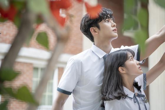 MBC '어쩌다 발견한 하루' 속 순정만화에서 살고 있는 하루(로운)와 은단오(김혜윤). 작가가 정해준 운명에서 벗어나기 위해 다양한 작전을 펼친다. [사진 각 방송사]