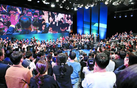 지난 19일 '국민이 묻는다, 2019 국민과의 대화'가 열린 서울 상암동 MBC 미디어센터 스튜디오에 문재인 대통령이 입장하자 300명의 국민 패널들이 박수를 치고 있다. [청와대사진기자단]
