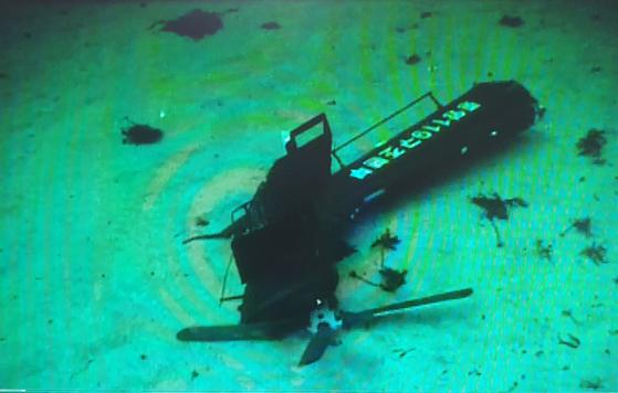해군 청해진함 수중무인탐사기(ROV)로 촬영한 추락 소방헬기 꼬리부분(tail boom). [사진 해군]