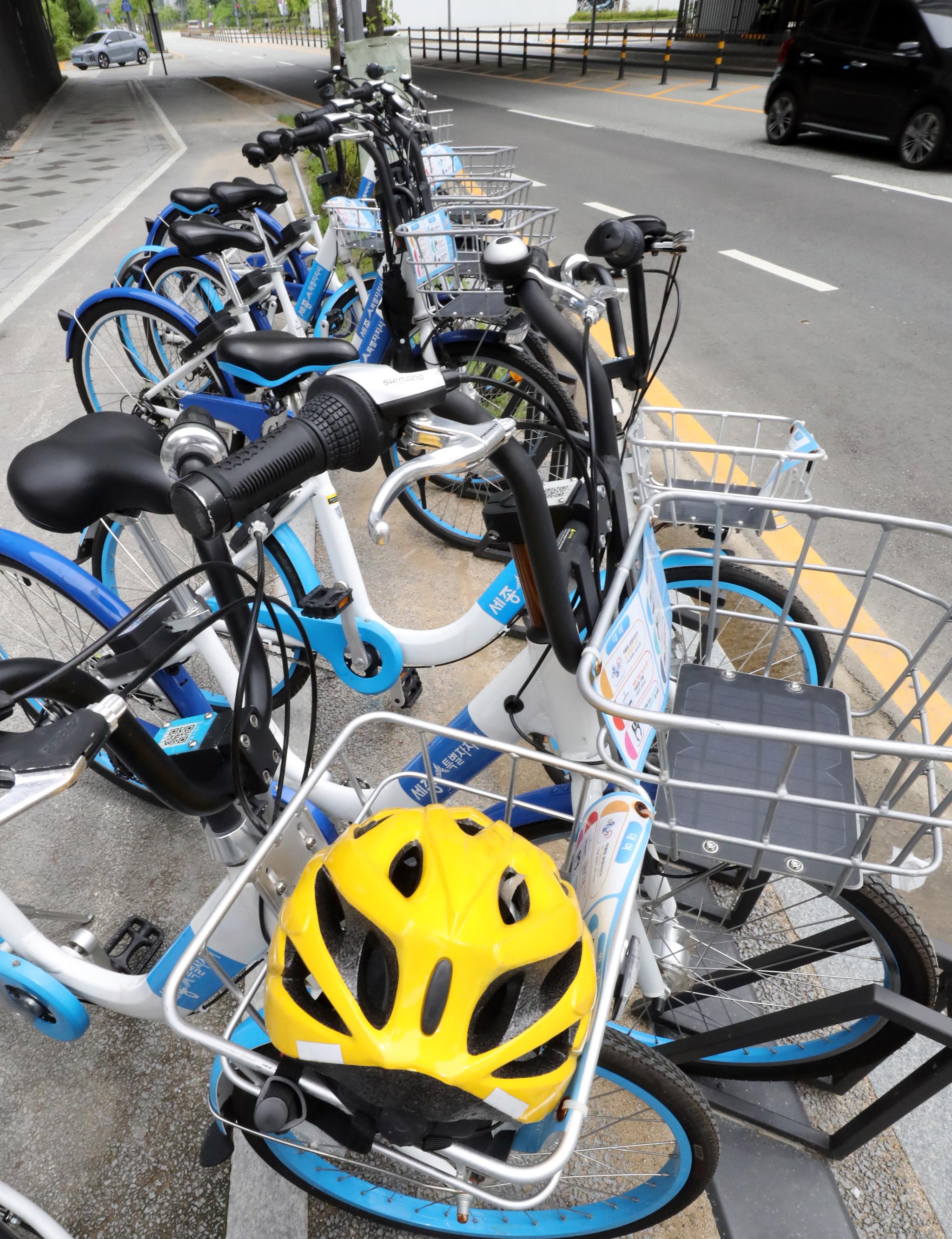 공공자전거 위에 놓인 헬멧. 아이들은 자전거를 탈 때 머리를 다칠 위험이 훨씬 큰 것으로 나왔다. [뉴스1]