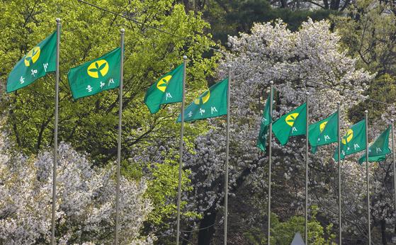 서울 중구 장충동 장충단길, 70년대 권위주의 정부 경제개발의 상징인 새마을기가 줄지어 펄럭이고 있다. [중앙포토]