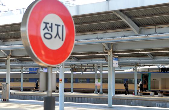 전국 철도노조가 무기한 총파업에 돌입한 20일 대전역을 찾은 철도 이용객들이 열차 운행차질로 큰 불편을 겪고 있는 가운데 열차 한 대가 정차해 있다. 프리랜서 김성태