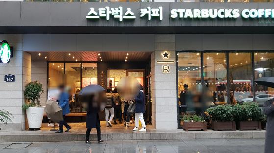 15일 오후 서울 광화문 근처의 한 스타벅스. 평일 점심시간 이 근처 카페는 주변 상권의 고객들로 앉을 자리를 찾기 어렵다. 임성빈 기자