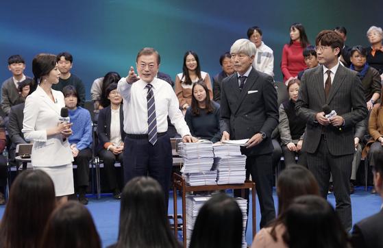 문재인 대통령(왼쪽 두 번째)이 19일 저녁 서울 마포구 상암동 문화방송 미디어센터에서 열린 '국민이 묻는다, 2019 국민과의 대화'를 마친 뒤 방송 시간 내 못다한 질문지들을 전달받고 있다. [청와대사진기자단]