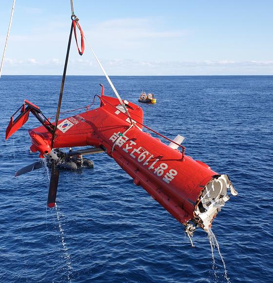 해군 청해진함은 21일 오전 8시15분부터 무인잠수정(ROV) 등을 활용해 블랙박스가 있을 것으로 추정되는 헬기 꼬리 부분 인양을 시작해 6시간여 만인 오후 2시25분쯤 작업을 완료했다. [사진 범정부현장수습지원단]