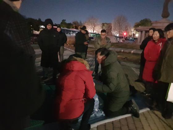 청와대 분수대 앞에서 단식농성 중인 황교안 자유한국당 대표와 참모진들이 대화를 나누고 있다. 성지원 기자