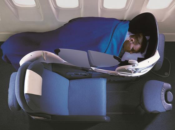 저비용 항공 이용객만 급증하는 게 아니다. 한편에서는 여행 전반의 질을 따지며 '프리미엄' 항공 좌석을 찾는 사람이 부쩍 늘고 있다. 사진은 Z자 디자인으로 화제가 된 영국항공의 비즈니스석. [사진 탠저린]