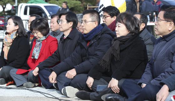 단식 투쟁을 이어가고 있는 황교안 자유한국당 대표(앞줄 왼쪽 셋째)가 21일 청와대 앞 분수대 광장에서 열린 최고위원회의에 참석하고 있다. 임현동 기자