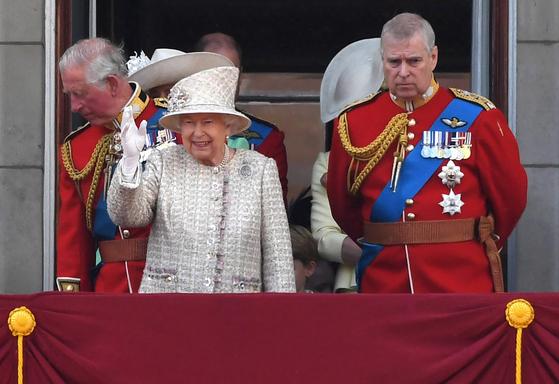 지난 6월 8일 영국 버킹엄 궁에서 엘리자베스 여왕(왼쪽)의 생일 퍼레이드를 관람하고 있는 앤드루 왕자. [EPA=연합뉴스]