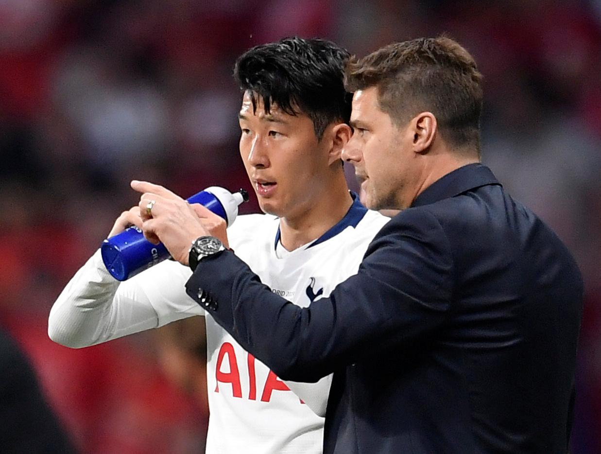 토트넘의 손흥민이 지난 6월 2일 열린 유럽 챔피언스리그 결승 리버풀전에서 경기 도중 마우리시오 포체티노 당시 토트넘 감독에게 작전 지시를 받고 있다. [로이터=연합뉴스]