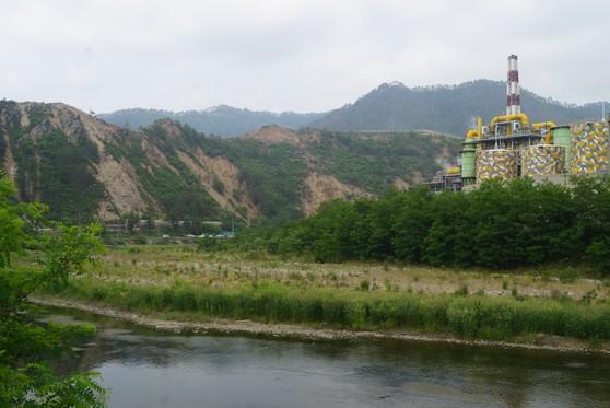 낙동강 안동댐 상류에 위치한 ㈜영풍 석포제련소. 대기오염으로 인해 주변 산림이 훼손되고, 산사태까지 발생하고 있다. [중앙포토]