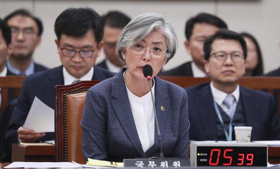 강경화 외교부장관이 21일 국회 외교통일위원회 전체회의에서 의원들 질의에 답하고 있다.  임현동 기자