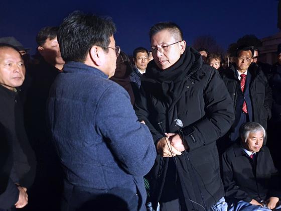 무기한 단식투쟁에 돌입한 자유한국당 황교안 대표가 20일 오후 청와대 앞에서 강기정 정무수석을 만나 얘기를 나누고 있다. [연합뉴스]