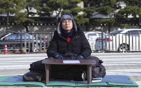황교안 자유한국당 대표가 21일 청와대 앞 분수대 광장에서 열린 최고위원회의를 마친 뒤 단식 농성을 하고 있다. 임현동 기자
