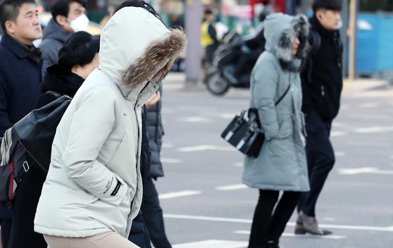 20일 오전 서울 광화문 네거리에서 출근길 시민들이 겨울 외투를 챙겨 입고 출근길 발걸음을 재촉하고 있다. [뉴스1]