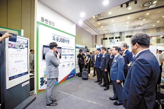 한국도로공사는 일자리 확대는 물론 접근이 쉬운 오픈 플랫폼으로 기존의 구인·구직 관행을 바꾸기 위해 건설업 부문 일자리 플랫폼인 '도공JOB마켓'을 오픈했다. [사진 한국도로공사]