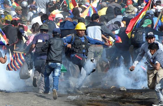 날로 격화하고 있는 볼리비아 시위 [로이터=연합뉴스]